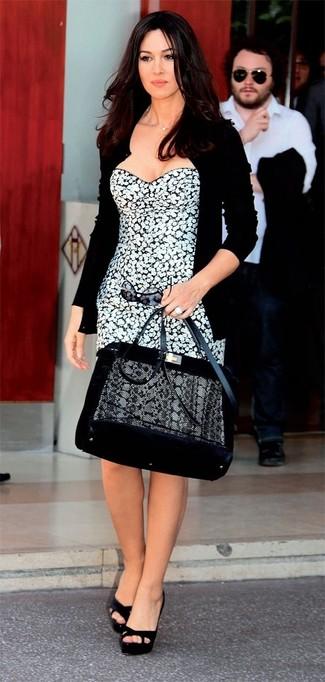 Porte un cardigan noir Maison Margiela et une robe fourreau à fleurs blanche et noire pour prendre un verre après le travail. Cette tenue est parfait avec une paire de des sandales à talons en daim noires.