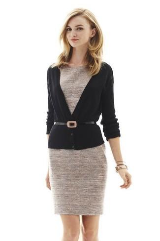 Comment porter: cardigan noir, robe fourreau en tweed beige, ceinture serre-taille en cuir noire
