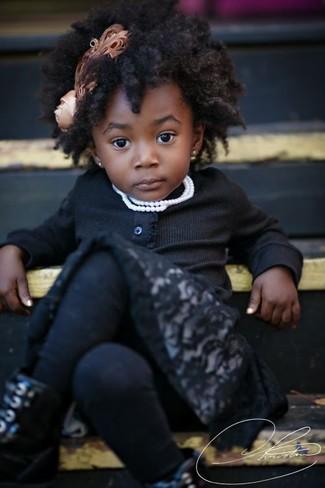 Tenue: Cardigan noir, Robe en dentelle noire, Bottes noires, Collants noirs