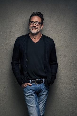 Comment porter: cardigan noir, t-shirt à col en v noir, jean bleu, ceinture en cuir noire