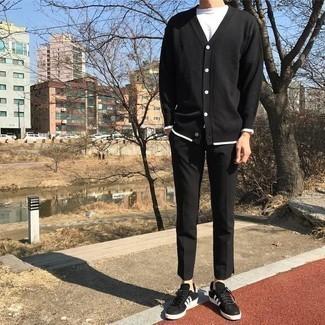 Comment porter un cardigan noir: Pour une tenue de tous les jours pleine de caractère et de personnalité essaie de marier un cardigan noir avec un pantalon chino noir. Décoince cette tenue avec une paire de des baskets basses en daim noires et blanches.