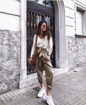 Comment porter: cardigan blanc, pantalon carotte marron clair, chaussures de sport blanches, sac bandoulière en cuir marron