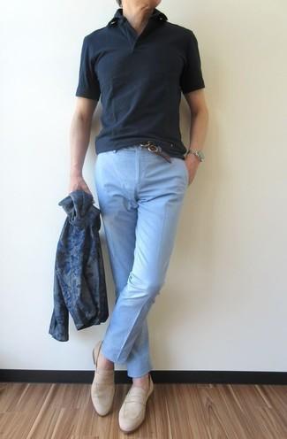 Comment porter: cardigan imprimé bleu marine, polo noir, pantalon chino bleu clair, slippers en daim beiges