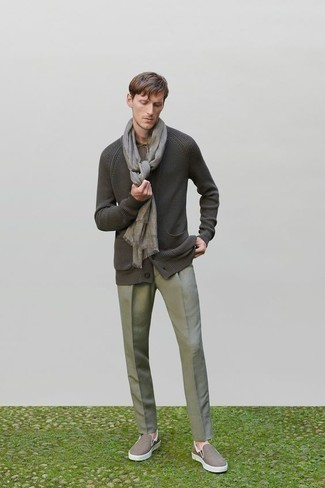Comment porter un cardigan gris foncé: Pense à harmoniser un cardigan gris foncé avec un pantalon de costume gris pour une silhouette classique et raffinée. Si tu veux éviter un look trop formel, complète cet ensemble avec une paire de des baskets à enfiler en toile marron.