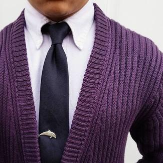 Comment porter: cardigan pourpre, chemise de ville blanche, cravate en soie noire