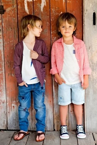 Comment porter: cardigan pourpre foncé, t-shirt blanc, jean bleu, sandales marron foncé