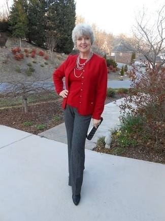 Comment porter: cardigan rouge, pull à col rond rouge, pantalon de costume gris foncé, bottines en cuir noires