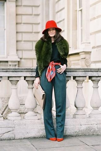 Marie un cardigan vert foncé avec un pantalon large bleu canard pour créer un look chic et décontracté. Une paire de des escarpins en cuir rouges est une option judicieux pour complèter cette tenue.