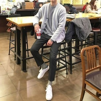 Comment porter un pull à col rond gris: Pense à opter pour un pull à col rond gris et un pantalon chino gris foncé pour affronter sans effort les défis que la journée te réserve. Tu veux y aller doucement avec les chaussures? Choisis une paire de baskets basses en toile blanches et noires pour la journée.