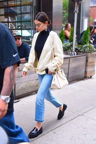 Comment porter: cardigan en tricot beige, pull à col roulé bleu marine, jean bleu clair, slippers en cuir noirs