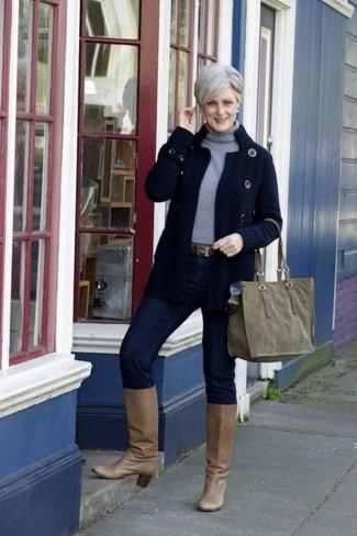 Comment porter: cardigan en tricot bleu marine, pull à col roulé gris, jean skinny bleu marine, bottes hauteur genou en cuir marron clair