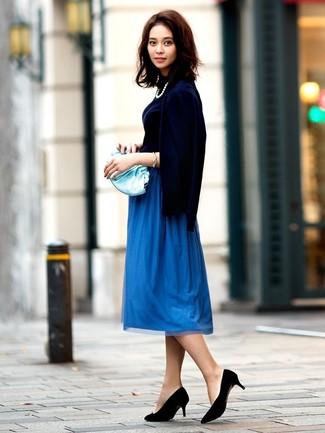 Comment porter: cardigan bleu marine, pull à col roulé bleu marine, jupe mi-longue plissée bleue, escarpins en daim noirs