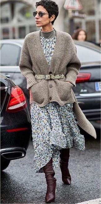 Comment porter: cardigan en tricot marron, pull à col roulé gris, robe midi à fleurs bleu clair, bottes hauteur genou en cuir marron foncé