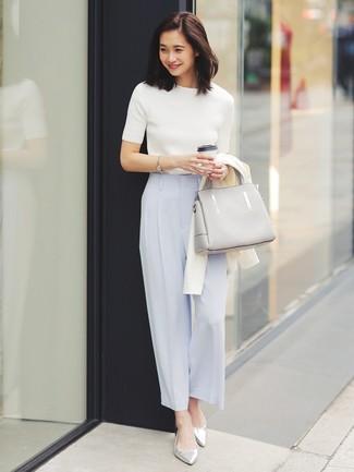 Comment porter: cardigan blanc, pull à manches courtes blanc, pantalon large bleu clair, ballerines en cuir argentées