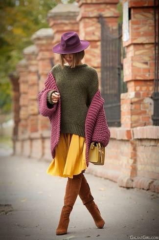 Comment porter: cardigan en tricot pourpre, pull surdimensionné olive, jupe mi-longue plissée jaune, cuissardes en daim tabac