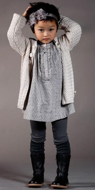 Comment porter: cardigan beige, robe grise, bottes en cuir noires, bandeau gris