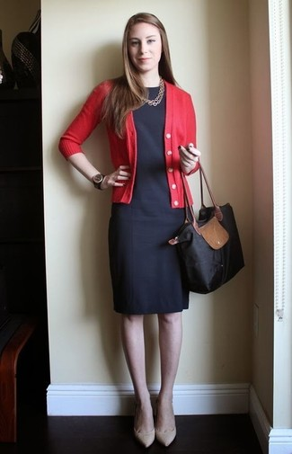Comment porter: cardigan rouge, robe fourreau noire, escarpins en cuir beiges, sac fourre-tout en toile noir