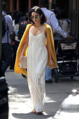 Comment porter: cardigan en mohair jaune, robe longue en crochet blanche, sac bandoulière en cuir beige, pendentif doré