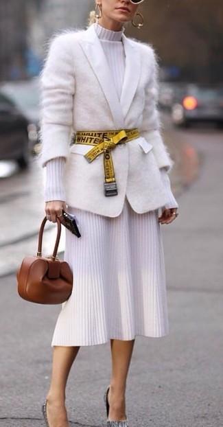 Comment porter: cardigan en mohair blanc, robe midi en tricot blanche, escarpins en cuir gris, pochette en cuir marron