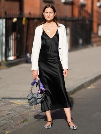Comment porter: cardigan en tricot blanc, robe nuisette en satin noire, ballerines en cuir blanches et noires, cartable en toile imprimé gris