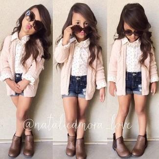Comment porter: cardigan rose, chemise de ville blanche, short en denim bleu marine, bottes marron