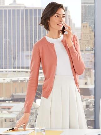 Comment porter: cardigan rose, pull à manches courtes blanc, jupe évasée blanche