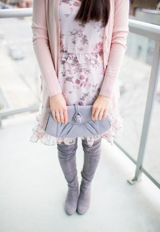 Comment porter: cardigan rose, robe droite en chiffon à fleurs rose, cuissardes en daim grises, pochette en cuir grise