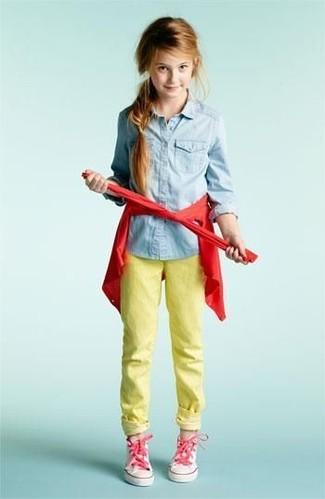 Comment porter: cardigan rouge, chemise de ville en denim bleu clair, jean jaune, baskets roses