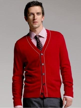 Comment porter: cardigan rouge, chemise de ville à rayures verticales rouge, pantalon de costume à rayures verticales gris foncé, cravate à rayures verticales noire