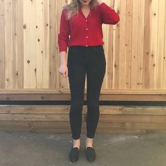 Comment porter: cardigan rouge, jean skinny noir, slippers en cuir noirs