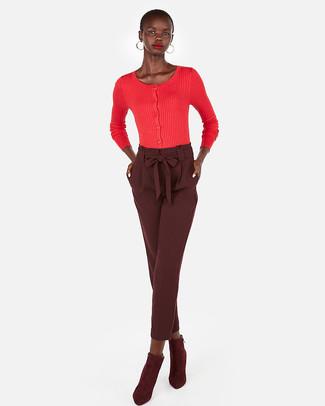 Comment porter: cardigan rouge, pantalon carotte bordeaux, bottines en daim bordeaux, boucles d'oreilles dorées