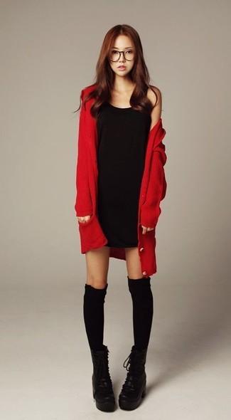 Comment porter: cardigan rouge, robe débardeur noire, bottines à lacets en cuir épaisses noires, chaussettes montantes noires