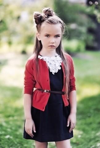 Comment porter: cardigan rouge, robe noire