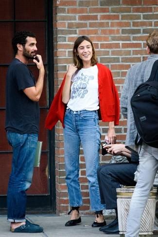 Comment porter: cardigan rouge, t-shirt à col rond imprimé blanc, jean bleu, ballerines en cuir noires