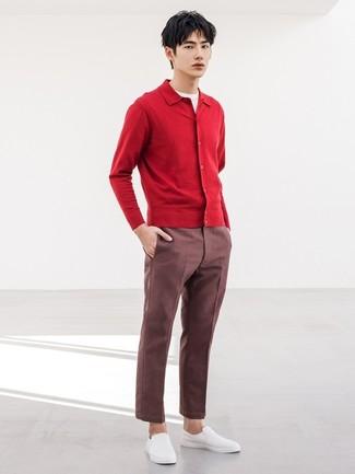 Comment porter: cardigan rouge, t-shirt à col rond blanc, pantalon chino bordeaux, baskets à enfiler blanches