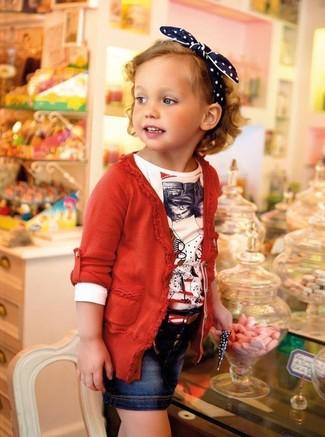 Comment porter: cardigan rouge, t-shirt à manche longue blanc, jupe en denim bleu marine