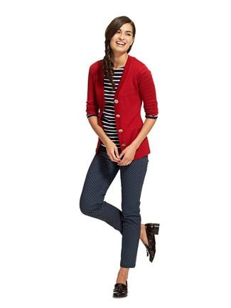 Comment porter: cardigan rouge, t-shirt à manche longue à rayures horizontales noir et blanc, pantalon slim imprimé bleu marine, mocassins à pampilles en cuir noirs