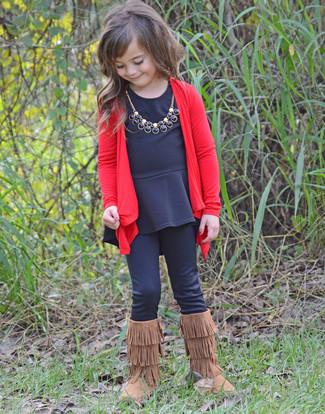 Comment porter: cardigan rouge, t-shirt à manche longue noir, leggings noirs, bottes ugg marron