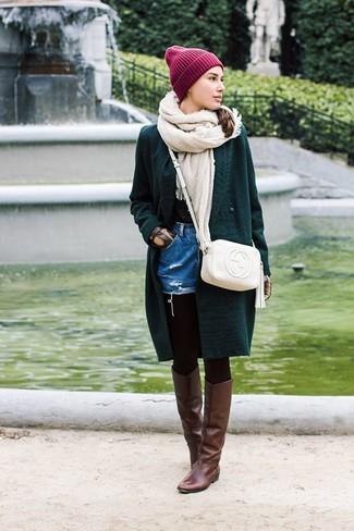 Comment porter: cardigan en tricot vert foncé, short en denim bleu, bottes hauteur genou en cuir marron foncé, sac bandoulière en cuir blanc