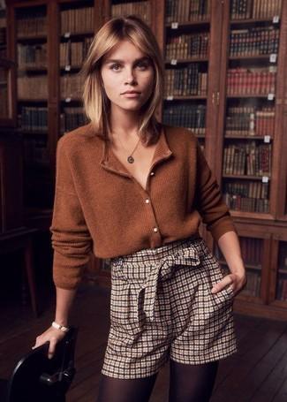 Tendances mode femmes: Porte un cardigan marron et un short à carreaux beige pour achever un look chic.