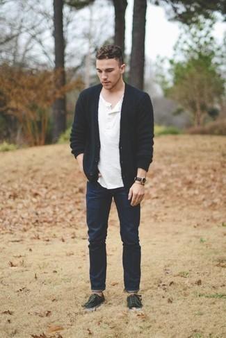 Comment s'habiller pour un style decontractés: La polyvalence d'un cardigan bleu marine et d'un jean bleu marine en fait des pièces de valeur sûre. Décoince cette tenue avec une paire de des baskets basses en toile vert foncé.