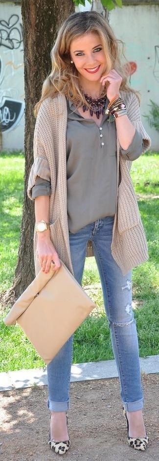Comment porter: cardigan en tricot beige, t-shirt à col boutonné gris, jean skinny déchiré bleu clair, escarpins en daim imprimés léopard marron clair