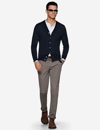 Comment porter des lunettes de soleil argentées: Choisis un cardigan bleu marine et des lunettes de soleil argentées pour une tenue idéale le week-end. Choisis une paire de des bottes de loisirs en daim marron foncé pour afficher ton expertise vestimentaire.