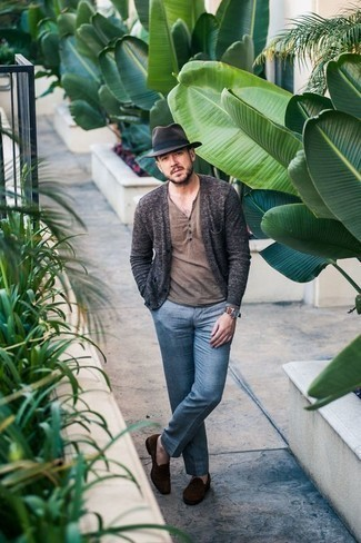 Comment porter un cardigan gris foncé: Associe un cardigan gris foncé avec un pantalon de costume bleu pour dégager classe et sophistication. Assortis ce look avec une paire de des slippers en daim marron foncé.
