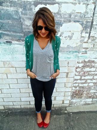 Comment porter un t-shirt à col en v gris: Choisis un t-shirt à col en v gris et un jean skinny bleu marine pour créer un style chic et glamour. Une paire de des ballerines en cuir rouges est une option parfait pour complèter cette tenue.