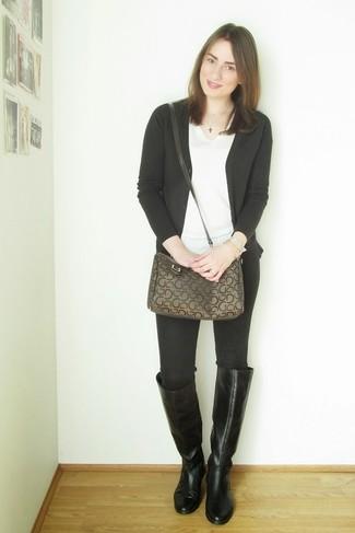 Comment porter: cardigan noir, t-shirt à col en v blanc, jean skinny noir, bottes hauteur genou en cuir noires