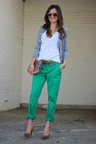 Comment porter: cardigan gris, t-shirt à col en v blanc, pantalon chino vert, escarpins en daim marron