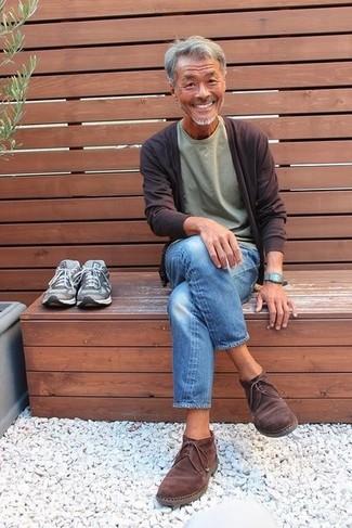Comment porter: cardigan marron foncé, t-shirt à col rond olive, jean bleu, bottines chukka en daim marron foncé