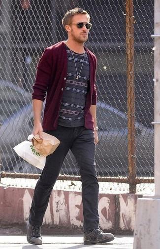Comment porter: cardigan bordeaux, t-shirt à col rond imprimé gris foncé, jean gris foncé, bottes de loisirs en cuir gris foncé