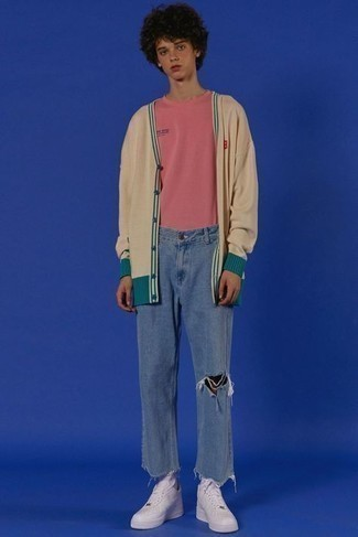 Comment porter des baskets basses en cuir blanches: Harmonise un cardigan beige avec un jean déchiré bleu pour un look confortable et décontracté. Une paire de baskets basses en cuir blanches est une option génial pour complèter cette tenue.